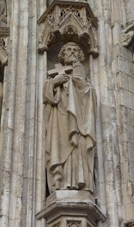 belgie: Statue of Saint Apostle on the wall of the Church of Our Lady of Sablon (Notre-Dame du Sablon, circa XVI c.). Brussels, Belgium
