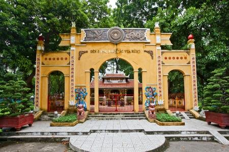 Temple dedicated to Hung Kings  Hong Bang Dynasty, 2879-258 BC   Erected in 1998 in Tao Dan park of Ho Chi Minh city, Vietnam 版權商用圖片 - 25294141