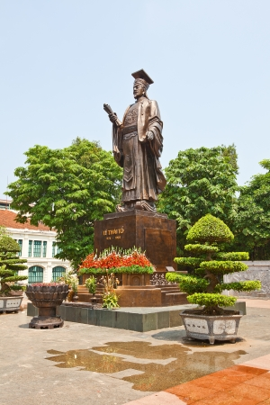 ly: Statue of Vietnam Emperor Ly Thai To  974-1028  in Indira Gandhi Park, Hanoi, Vietnam   Ly Thai To moved the capital from Hua Lu to Hanoi in 1010