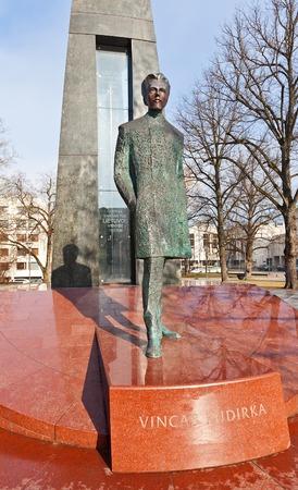 letras musicales: Monumento a Vincas Kudirka 1858-1899, poeta lituano y el m�dico, y el autor de la m�sica y letra de la Lithuanian National Anthem Vilnius, Lituania Obra del escultor Arunas Sakalauskas, 2009