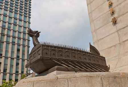 SEOUL, SOUTH KOREA - SEPTEMBER 27, 2014: Sculpture of Turtle ship, also known as Geobukseon in Seoul, Korea. Part of monument (1968) to Yi Sun-shin, naval commander during Imjin war (1592-1598) 新聞圖片