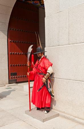 alabarda: SEOUL, COREA DEL SUD - 27 SETTEMBRE 2014: soldato Storicamente vestita a Guardia Reale Cerimonia vicino Gwanghwamun Porta di Gyeongbokgung Palace a Seoul, Corea. Armato di alabarda, l'arco e la spada