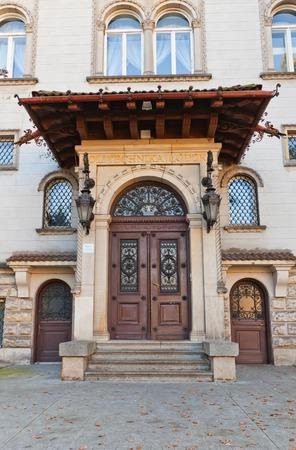 oficina antigua: Decorado portal de la Oficina de Promoci�n de Lodz Universidad de Tecnolog�a (Politechnika Lodzka). Villa El ex propietario de la f�brica (circa principios del XX c.)