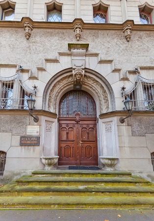oficina antigua: Portal decorado del Rectorado de la Universidad de Tecnolog�a de Lodz (Politechnika Lodzka). El ex Reinhold Richter Villa (circa1904), dise�o Ignacy Stebelski