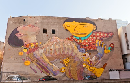 LODZ, POLAND - OCTOBER 19, 2014: Surrealistic mural on the wall of old house in Lodz, Poland 新聞圖片