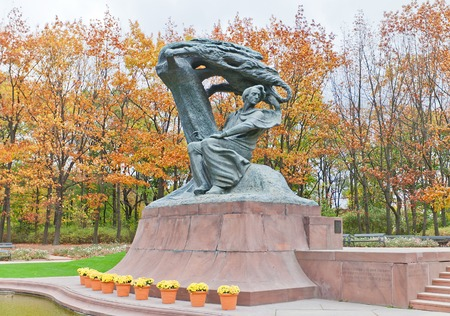 frederic chopin: WARSAW, POLAND - OCTOBER 20, 2014:  Frederic Chopin Statue in Royal Baths (Lazienkowski) Park of Warsaw, Poland. Sculptor Waclaw Szymanowski. Erected in 1926, destroyed by Nazi in 1940, reconstructed in 1958