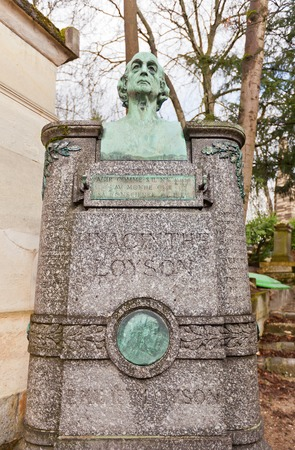 predicador: PARIS, FRANCIA - 21 de febrero de 2015: Tumba de Charles Jean Marie Loyson (P. Jacinto) en Pere Lachaise en Par�s. Hyacinthe Loyson (1827-1912) fue un famoso predicador y te�logo franc�s Editorial