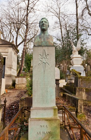 engraver: PARIGI, FRANCIA - 21 febbraio 2015: Tomba di Cesar Nicolas Louis Leblanc su cimitero di Pere Lachaise a Parigi. Leblanc (1787-1835) � stato illustratore e incisore francese Editoriali