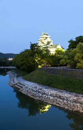 besiege: Night view of Okayama castle nicknamed Crow Castle in Okayama prefecture. National Historic Site of Japan