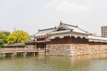 besiege: Tamon Yagura turret and Ninomaru Omote gate of Hiroshima Castle nickname Carp Castle in Hiroshima Japan. National historic site erected in 1591 destroyed by atomic bomb in 1945 reconstructed in 1958