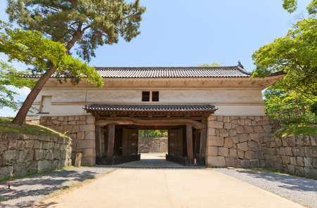 besiege: MARUGAME, JAPAN - MAY 22, 2015: Oteichinomon (First Front) Gate (circa 1670) of Marugame castle, Shikoku Island, Japan. Important Cultural Property Editorial