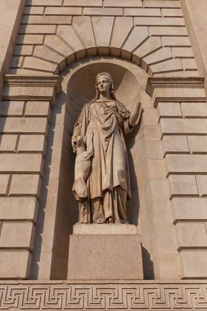 fidelidad: MILAN, ITALIA - 10 de abril, 2015: estatua alegor�a (circa 1832) de la Fidelidad (Fedelta) en el nicho de la puerta de entrada antigua Porta Venezia en Mil�n, Italia. Escultor Gaetano Monti
