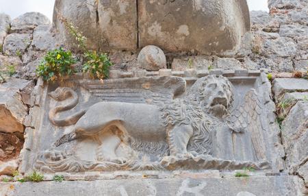 leon con alas: Kotor, Montenegro - ENEro 02, 2016: Le�n con alas veneciano en la entrada del castillo de San Juan (alrededor XV c) en la monta�a de San Juan en Kotor, Montenegro. Patrimonio de la Humanidad de la UNESCO