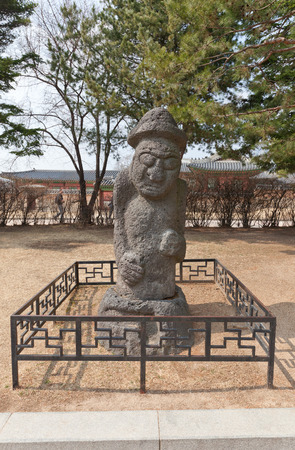 SEOUL, SOUTH KOREA - MARCH 14, 2016: Dolhareubang (Stone Grandfather) from Jeju Island in National Folk Museum of Korea in Seoul. Totem pole erected to drive off evil spirits 新聞圖片