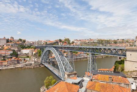 part of me: OPORTO, PORTUGAL - 25 de mayo, 2016: doble adornada Dom Luis I Puente sobre el río Duero en la parte histórica de la ciudad de Oporto, Portugal. Obra del arquitecto Teophile Seyrig de 1886 Editorial
