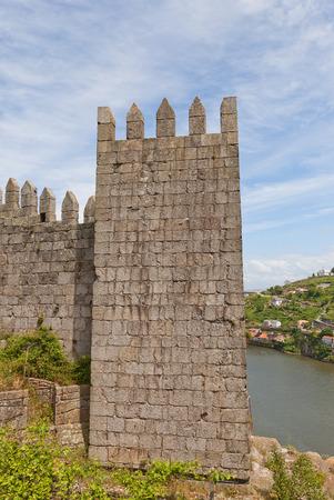 OPORTO, PORTUGAL - 25 de mayo, 2016: Torre de muralla de la ciudad de Oporto. Las paredes se completaron en 1370, en el reinado de Fernando I, por lo que generalmente llamados paredes Ferdinand (Muralha Fernandina) Foto de archivo - 57847864