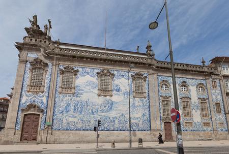 Porto, Portogallo - 26 maggio, 2016: azulejos sulla parete laterale della Chiesa di Carmo (18 ° c.), Nel centro storico di Porto. Il lavoro di Silvestro Silvestri