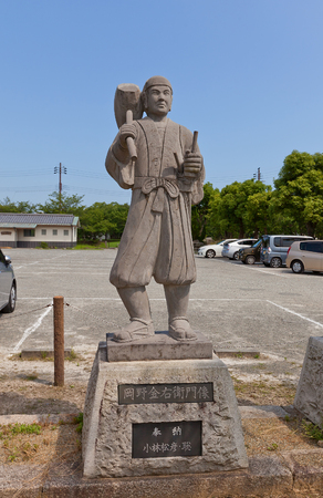 vendetta: AKO, JAPAN - JULY 18, 2016: Statue of Okano Kanahide, one of famous 47 ronins, in the Oishi Shrine. Shrine is dedicated to 47 loyal samurais and is located on the grounds of Ako Castle Editorial