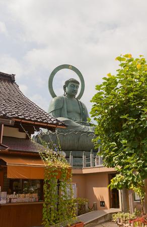 TAKAOKA, JAPON - 05 AOÛT 2016: Statue en bronze du Grand Bouddha (vers 1933) à Takaoka, Japon. La troisième plus grande statue de Bouddha au Japon (7.4 m) Banque d'images - 71873822