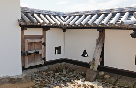 SHIRAKAWA, JAPAN – JUNE 2, 2017: Reconstructed earthen walls of Shirakawa (Komine) Castle, Japan. Castle was founded in 1340, rebuilt in 1627, destroyed in war of 1868 and reconstructed in 1991 新聞圖片