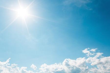 그것은 태양이 빛난다와 푸른 하늘에 흰 구름입니다. 스톡 콘텐츠 - 41746271