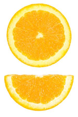 naranja fruta: Es Pedazos de c�rculo y la otra mitad en rodajas de naranja aislado en blanco.