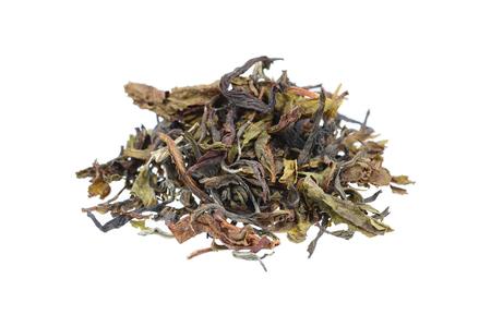 hojas secas: es hojas secas de té aislados en blanco. Foto de archivo