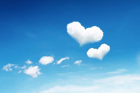 atmosfera: se trata de dos nubes de corazón en el cielo azul. Foto de archivo