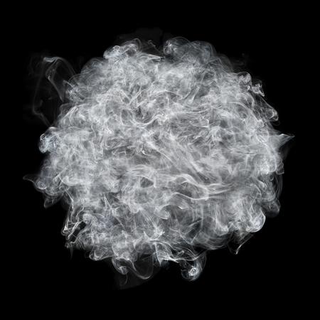 그것은 검정에 격리 된 흰색 연기 공입니다. 스톡 콘텐츠