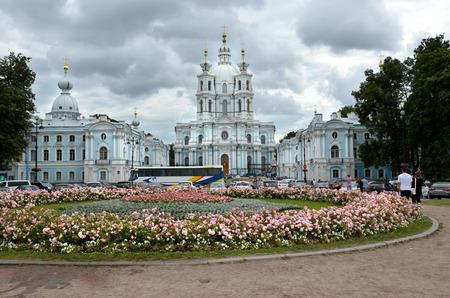 resurrección: San Petersburgo  RUSIA - 16 julio 2013: Smolny Convento de la resurrección se encuentra en Ploschad Rastrelli, en la orilla del río Neva Editorial