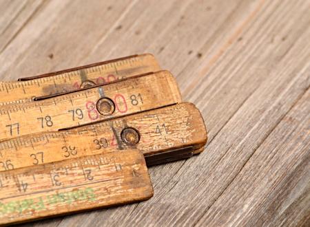 Hintergrund alte Holzgliedermaßstab auf dem Tisch
