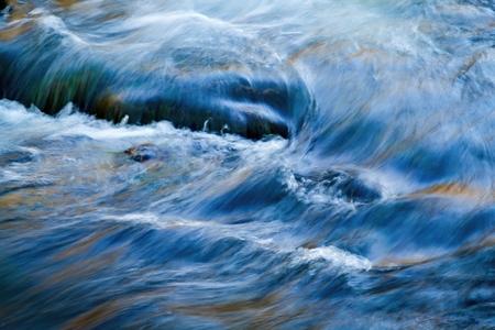 achtergrond herfsten water stroomt in de rivier
