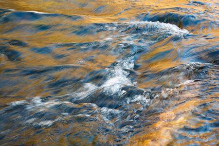 Natur saisonaler Hintergrund Abstrakte Farbe des Herbstflusses
