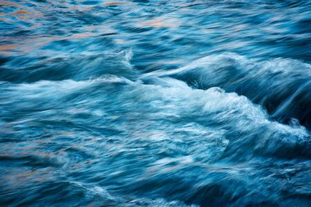 abstrakter naturhintergrund blaustich fluss