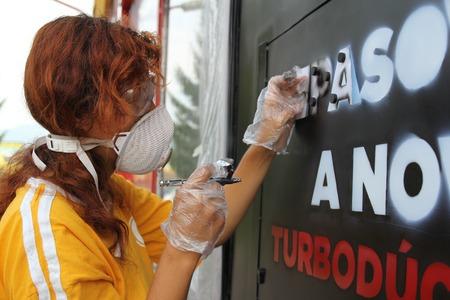 airbrushing: Una pintura joven mujer con equipos de aer�grafo y pistola aer�grafo Foto de archivo