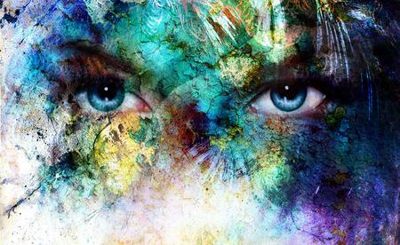 mooie blauwe ogen vrouwen stralend, kleur woestijn craquelé-effect, het schilderen collage, make-up artist Stockfoto