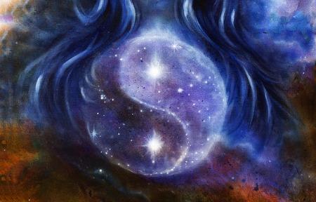 女性の髪、元についての星と宇宙の陰陽のシンボルを描きます。