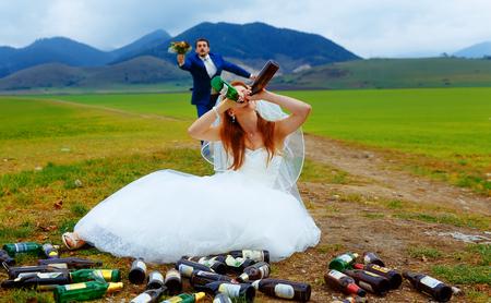 novia borracha con una gran cantidad de botellas de cerveza vacías en el paisaje de montaña y carreras de novio a HER concepto de boda divertida