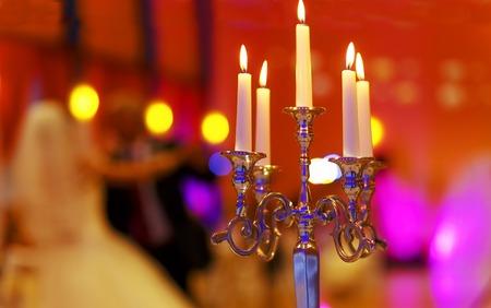bruiloft decoratieve kandelaar en dansen bruid en bruidegom op achtergrond. Bruiloft concept