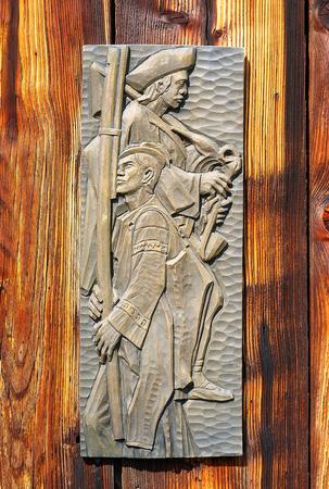 talla en madera: antigüedad del viejo estilo retro objeto de encaje en una pared de madera, estilo rústico. músico de la talla en madera Foto de archivo