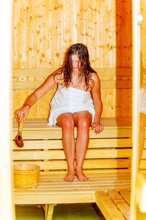 junge Frau mit braunen Haaren genießen Sauna Wellness Standard-Bild