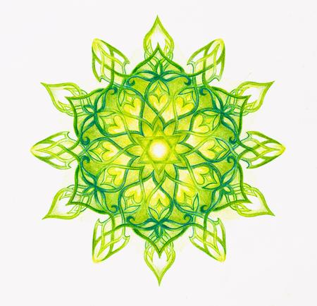Farbe ornamental Mandala auf weißem Papier Hintergrund. Herz Chakra.
