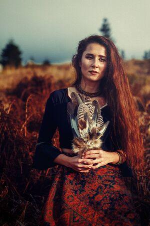 Mujer chamán y plumas chamánicas en denim.