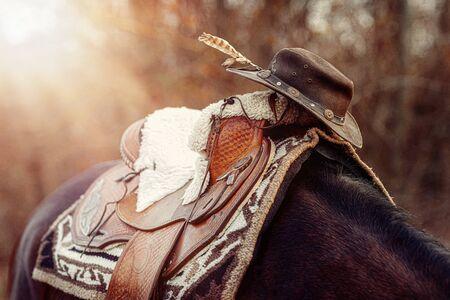 Detail des schönen Pferdesattels mit natürlichen Texturen und einem Hut Standard-Bild