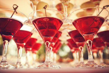 bebidas alcohÓlicas: Vaso de bebida de martini