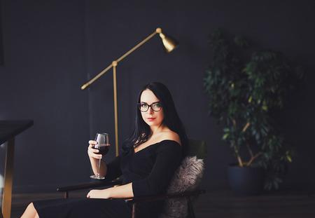 Schöne Frau mit stilvollem Make-up im schwarzen Kleid Standard-Bild