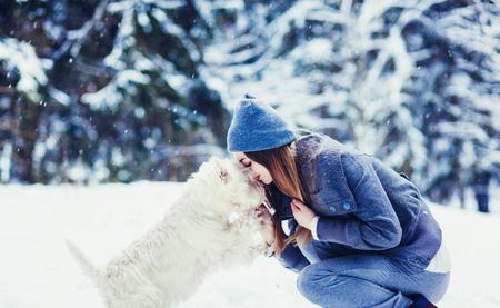 Woman with her dog tender scene. Winter concert friendship Foto de archivo - 114073027