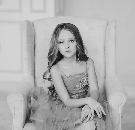 Monochrome portrait of a charming brunette little girl Imagens