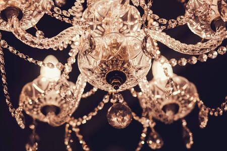 kristallen kroonluchter die aan het plafond in de kamer hangt Stockfoto