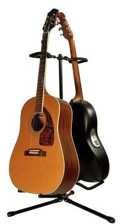 ギター スタンドを白で隔離される 2 つのアコースティック ギター